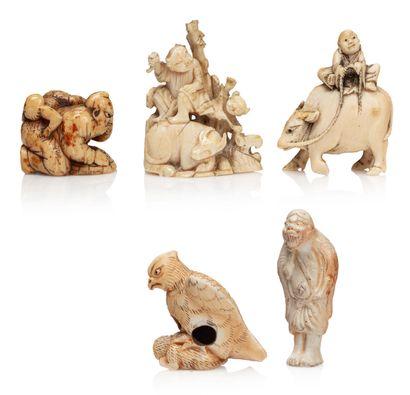 JAPON XIXE SIÈCLE, VERS 1920 Lot de quatre netsuke dont deux en céramique : rapace...