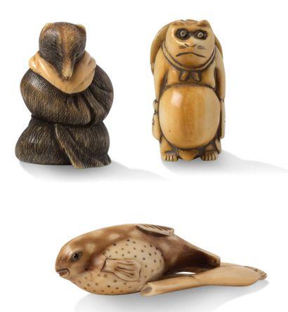 JAPON VERS 1920-1930 三件网状物;一件是海象牙的,上面加了棕色,代表坐着的檀木,穿着僧袍;另外两件是象牙的,代表站着的檀木,眼睛是移动的,他的帽子在他的背上,有一个难以辨认的签名;另一件是两根茎上的鱼,有一个小茄子。...