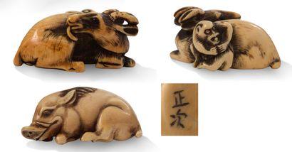 JAPON XIXE SIECLE Deux netsuke en ivoire et rehauts bruns les yeux incrustés de corne,...