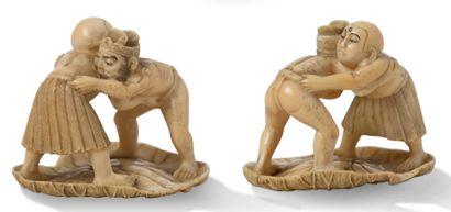 JAPON PÉRIODE MEIJI, VERS 1900 Deux petits okimono en ivoire, l'un représentant deux...