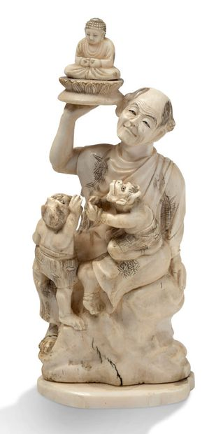JAPON VERS 1920 一件海洋象牙okimono,代表着坐在岩石上的rakan,右手拿着一尊佛像,身旁有两个鬼子想要接近他。签名: H. 17 cm 重量:382...