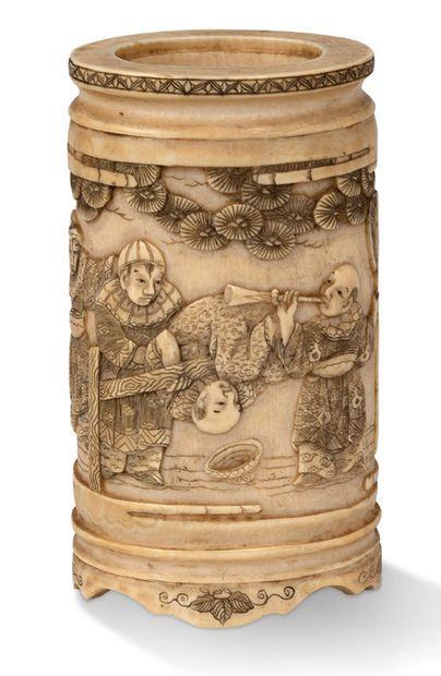 JAPON vers 1900 Porte-pinceaux en ivoire sculpté à décor en léger relief de karako,...