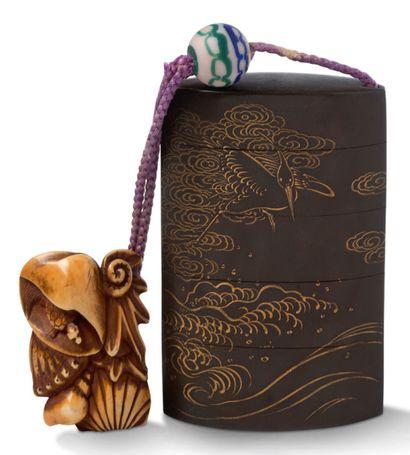 JAPON XIXE SIECLE Inro à quatre cases en bois laqué gris taupe ou brun à décor en...