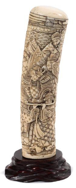 JAPON FIN DE LA PÉRIODE MEIJI (1868-1912) Poignée de sabre en ivoire rehaussé de...