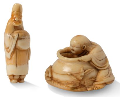 JAPON XIXE SIECLE Deux netsuke, l'un en ivoire représentant un sennin accroché à...