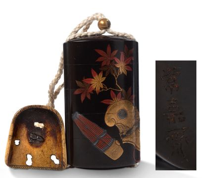 JAPON XIXE SIECLE 黑漆四方形的井字,有枫叶的平卷和高卷装饰,有笙,可能是音乐家或演员的帽子。金漆木制作的球形乌金。 黑漆內壁及底款。 嵌下有Jokasai的簽名。...