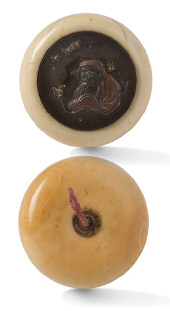 JAPON XIXE SIECLE Deux kagamibuta avec bols en ivoire, l'un avec plaque en shibuichi...