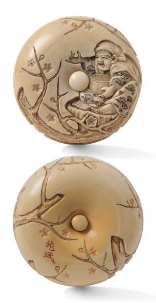 Japon Période Meiji (1868-1912) Grand manju en ivoire rehaussé de noir et rouge,...