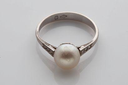 BAGUE «PERLE FINE» Perle fine, diamants et or 18k (750) Td. : 53 - Pb. : 2.7 gr...