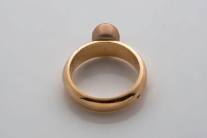 BAGUE «PERLE FINE» Perle fine dorée Or jaune 18k (750) Td. : 53 - Pb. : 6.5 gr Accompagnée...