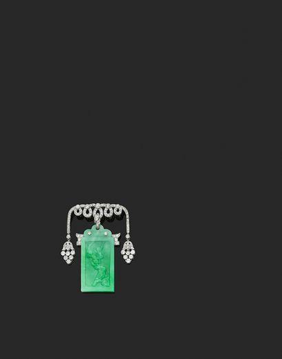 CARTIER BROCHE «PAGODE» Diamants et jadéite gravé de deux scènes d'un oiseau perché...