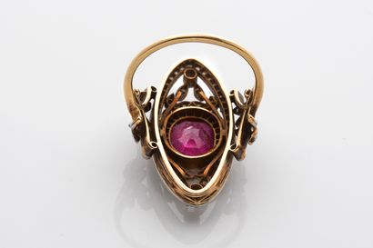 BAGUE «RUBIS» Rubis ovale, diamants taille rose Or 18k (750) Travail français, fin...