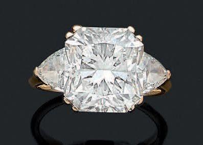 BAGUE «DIAMANT» Diamant rectangulaire à pans coupés épaulé de deux diamants triangles...
