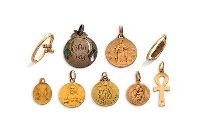 Lot en or 18K (750) : Lot en or 18K (750) :  -5 petites médailles religieuses  -1...