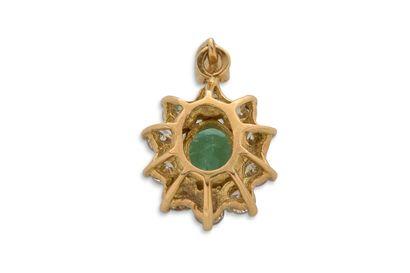 Pendentif Pendentif  Emeraude, entourage diamants, or jaune 18K (750)  Pb.: 3.6 g...