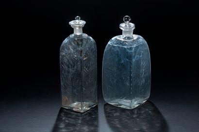 RÈunion de deux petites bouteilles de forme...