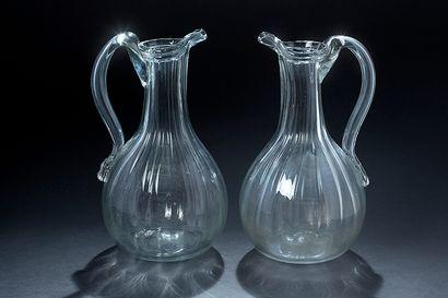 Deux pichets ‡ cidre en verre de forme pansue...
