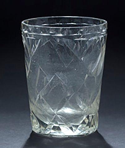 Gobelet en verre taillÈ ‡ facettes, culot...
