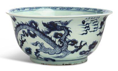 CHINE VERS 1980 Grande coupe en porcelaine blanche à décor en bleu sous couverte...