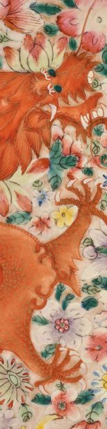 CHINE PERIODE GUANGXU Panneau en porcelaine et émaux de la famille rose, à décor...