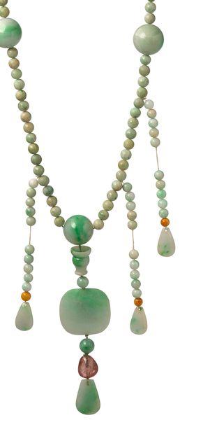 CHINE XXe siècle Collier de perles en jadéite à quatre pans avec pendentif en tourmaline...