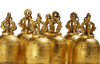 BIRMANIE XIXe SIÈCLE Lot de sept cloches en bronze laqué or, chaque prise reprenant...