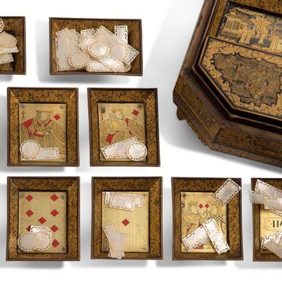 CHINE VERS 1880 八角形的游戏盒,黑底金漆,上面有巴洛克风格的建筑景象、人物景象、花卉图案的动画奖章;包含七个盒子和四个小托盘。带有珍珠母的代币,以及用扑克牌装饰的代币架。(104代币)...