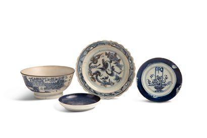 CHINE FIN DE LA PÉRIODE MING ET ÉPOQUE QING Lot composé de deux porcelaines bleu...