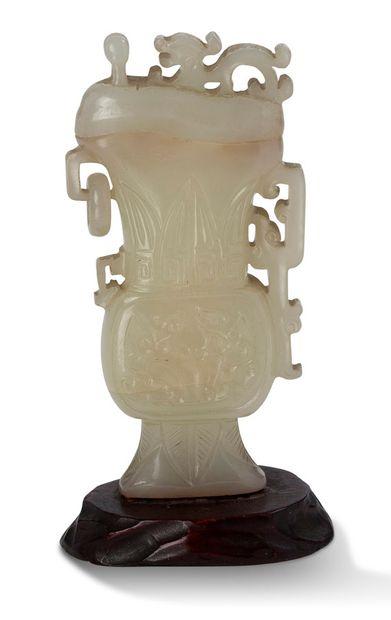 Chine XIXe siècle Vase Gui couvert en jade céladon, sculpté de masque de taotie,...