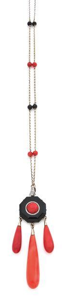 COLLIER Onyx et corail Or gris 18k (750) L. : 61 cm - Pb. : 16 gr An onyx, coral...