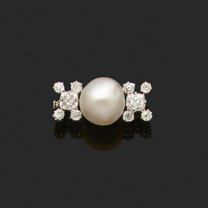 «PERLE FINE» Broche perle fine, diamants taille ancienne Or gris 18k (750) Pb. :...