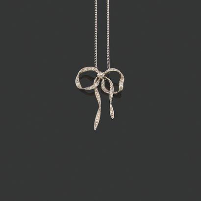 PENDENTIF «NOEUD» Diamants tailles ancienne et rose Platine (950), chaine or gris...
