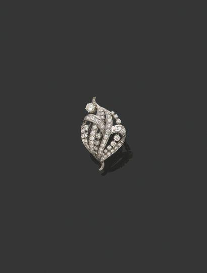 BROCHE «VOLUTES» Diamants ronds et baguettes...