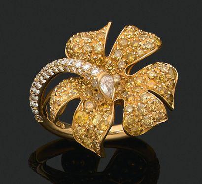 BAGUE «FLEUR» Diamants jaunes et blancs,...