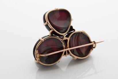 BROCHE «TRÈFLE» Grenats, diamant taille rose, or 18k (750) Dim. : 4 x 5 cm - Pb....