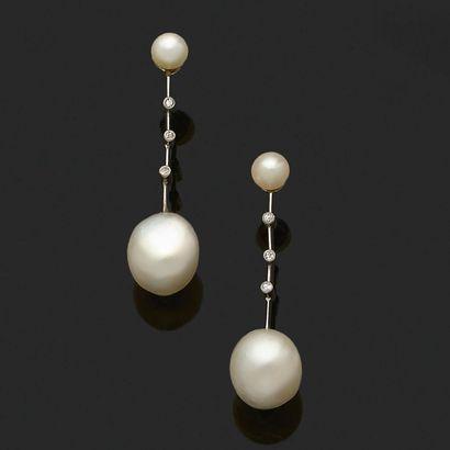 «PERLES FINES» Paire de pendants d'oreilles Perles fines, diamants ronds Haut. :...