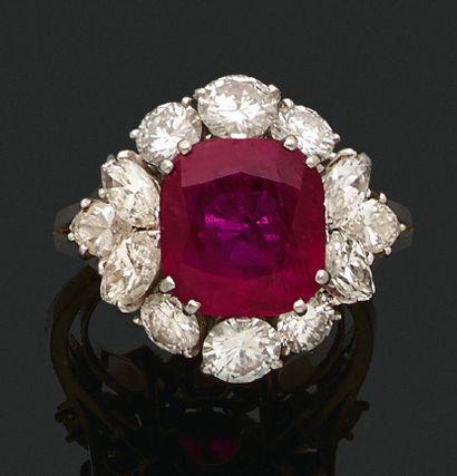 BAGUE «RUBIS» Rubis forme coussin, diamants...