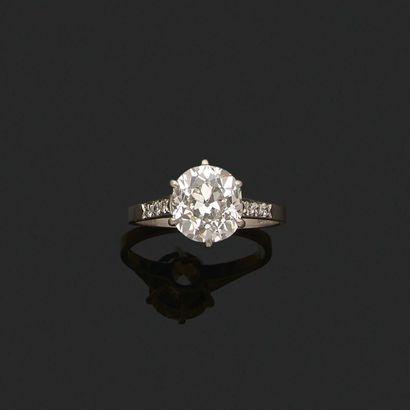 BAGUE «DIAMANT» Diamant forme coussin taille ancienne, diamants ronds Or gris 18k...