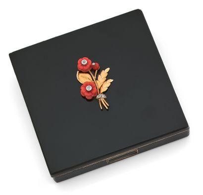 CARTIER Poudrier Laque noir et argent ( Motif floral or, corail et diamants Signé...