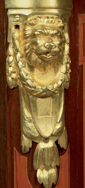 Rare secrétaire en placage de satiné marqueté sur les côtés et la façade, en bois...