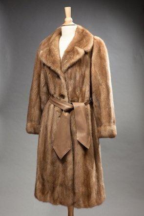 Manteau de vison clair, ceinture en cuir...