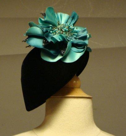 Petit chapeau en velours noir et fleur t...