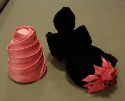 Trois chapeaux en velours noir et rose