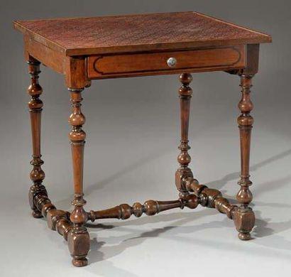 Table rectangulaire, en noyer, présentant...