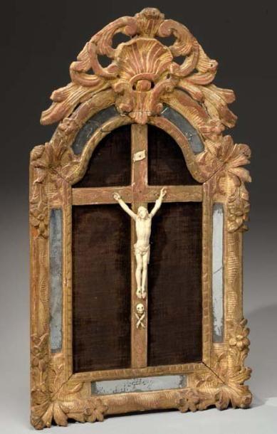 Christ en croix en ivoire sculpté. Il est représenté la tête tournée vers l'épaule...
