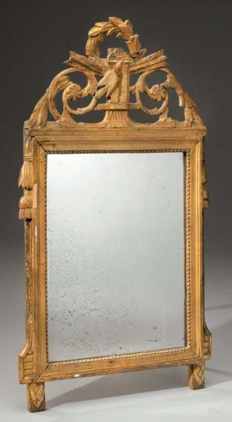 Glace dans un cadre en bois sculpté, ajouré...