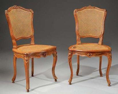 Paire de chaises en hêtre richement sculpté,...