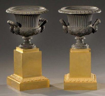 Paire de vases en bronze ciselé, patiné et...