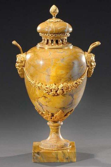 Vase ovoïde en marbre jaune de Sienne, à...