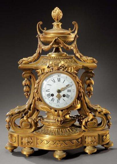 Importante pendule en bronze doré à décor...